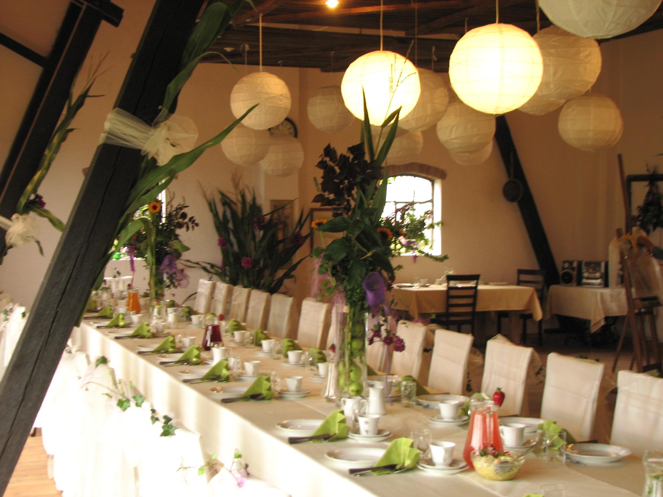 Stół, kwiaty i lampiony