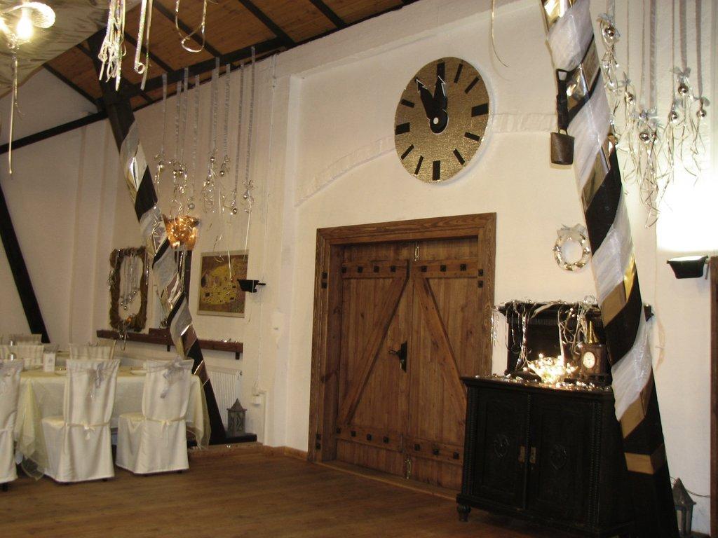 Zegar nad drzwiami